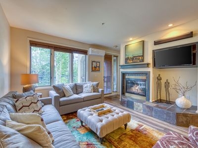 Photo for Bright, cheery condo w/  jet tub, shared pool & hot tub - walk to the slopes!