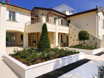 Photo for Modern apartment with air conditioning and shared pool, near Lake Garda