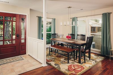 Dining room with plenty of seating for your group