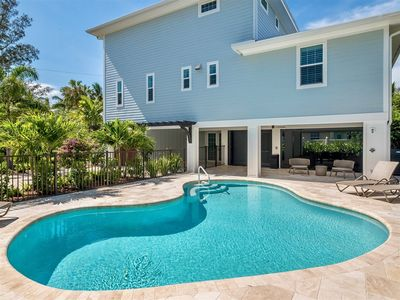 Photo for Short walk to the bay and the beach. In the Village of Captiva