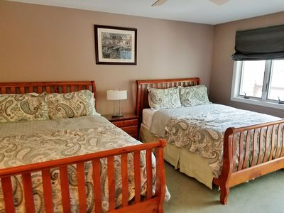 Two Queen Beds-sleeps 4 adults comfortably-TV with Netflix and Full Bathroom