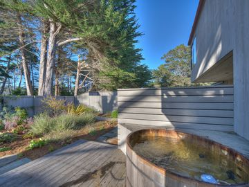Dog Friendly, Spotless, Modern Luxury, Shared Pool, Hot Tub and minutes to Beach