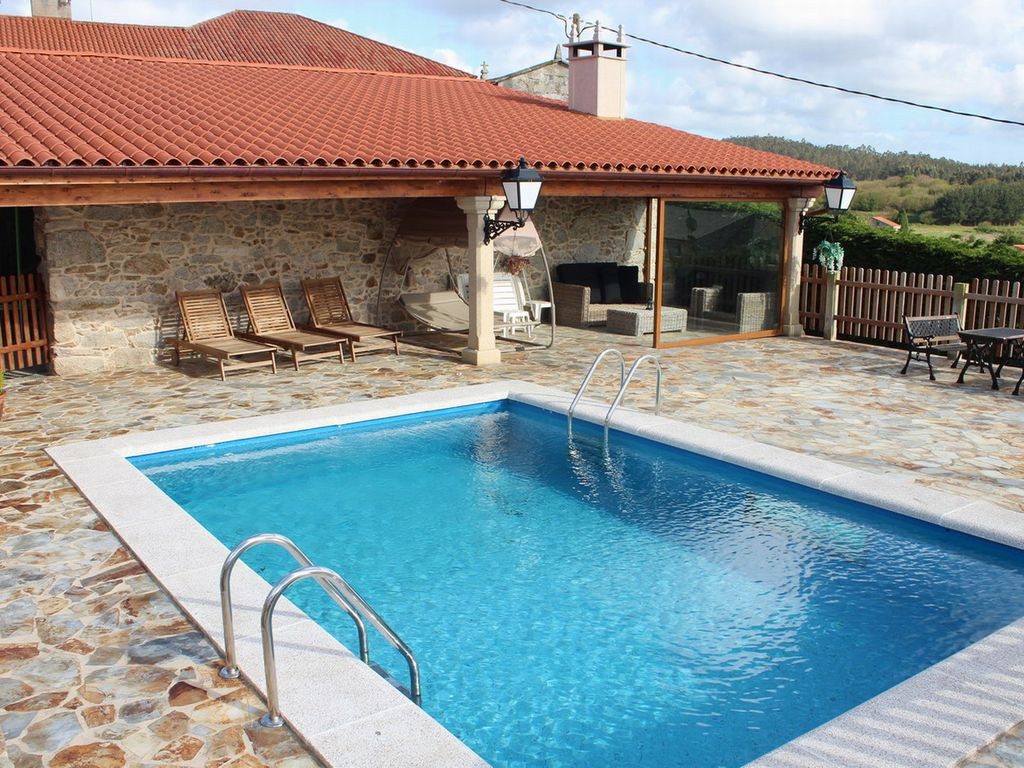 casa rural con piscina y cerca de la playa carballo
