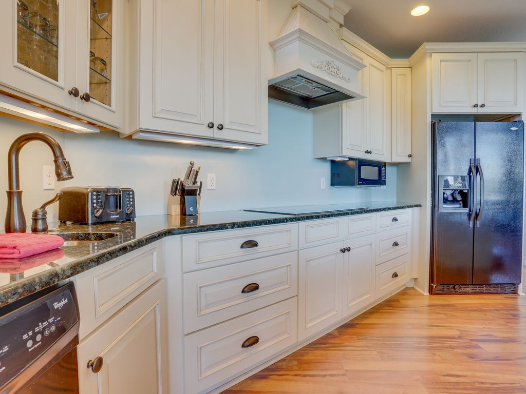 Dog-friendly home in pear orchard - private hot tub & views! | BNB Daily