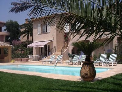 Piscine, plage sable fin/village 400 m, clim, parking privé, linge ménage inclus