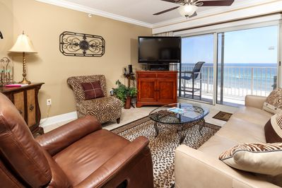 Gorgeous beach front living room - Nice and spacious with a queen size sleeper!