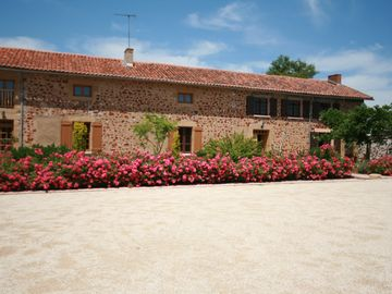 Beautifully Restored 5 Bedroomed Farmhouse sleeps 10 with private heated pool