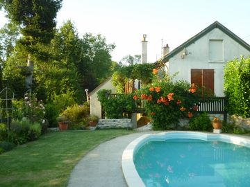 The River House. Sleeps 4. Private swimming pool, river fishing and pool table
