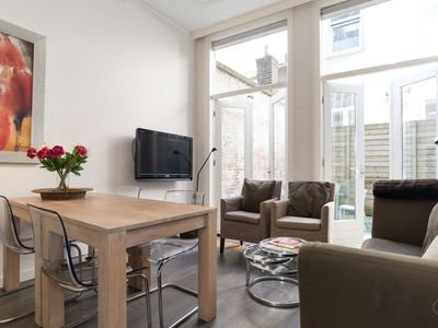 Inviting two bedroom apartment, for up to four people, located close to the Noordeinde Palace in a d