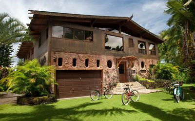 Tiki Home - Artistic Custom Home Steps from the Beach and Town