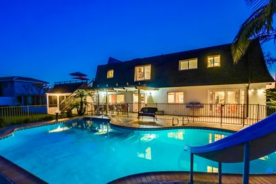 La Jolla Luxury... for the whole family. Pool, hot tub, roof top deck, sun room.