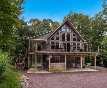 """Photo for """"Cascade"""" 6 Bedroom Lodge. Outdoor Gas Fireplace, Hot Tub, Pool Table, WIFI"""