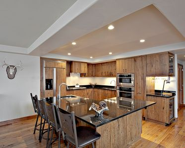 Prepare meals in the fully equipped kitchen and enjoy them together at the dining table.