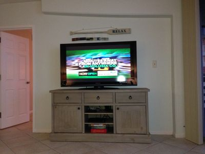 Living area 50' flat-screen TV, Blue Ray DVD player, games and beach books