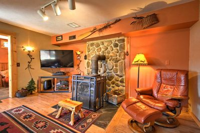 This cozy vacation rental cabin features 3 bedrooms and 2 bathrooms to host 9.