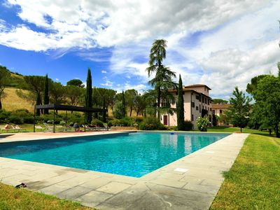 Photo for Lovely apartment in villa with pool, TV, patio, pets allowed and parking, close to San Gimignano