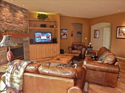Photo 1 Cozy leather sofas and flat screen large HDTV with Surround Sound
