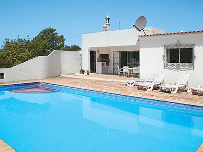 Photo for Idyllic villa w/ air conditioning and pool close to nearby shops