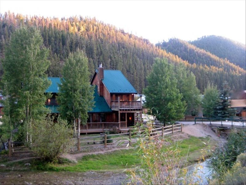 On The River! Luxury Red River Cabin W/ Pool Table In Town 2 Balcony, 3  Kings