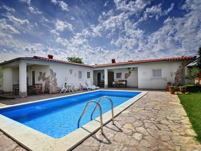Photo for Large villa with private pool, 6 bedrooms, 5 bathrooms, air conditioning, WiFi, barbecue and only 2 km to the center of Pula