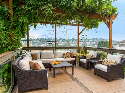 Contemporary Craftsman: Skyline Views, A/C, Epic Outdoor Entertaining Space