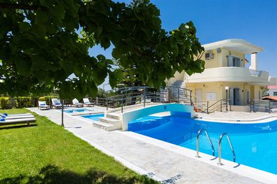 90 m² swimming pool and lawn garden area