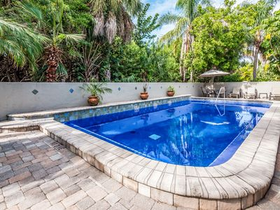 Seabreeze D: Block to Beach, Heated Pool, Close to Shops, Restaurants and More!