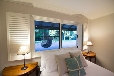 Queen bedroom with rain forest backdrop