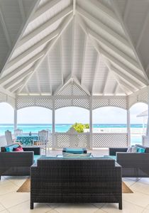 Ocean Breeze is an oceanfront villa with stunning views of the turquoise sea. 🌴