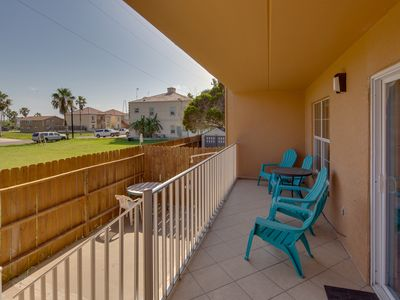 Photo for Casual, family-friendly getaway w/shared pool - walk to the beach!