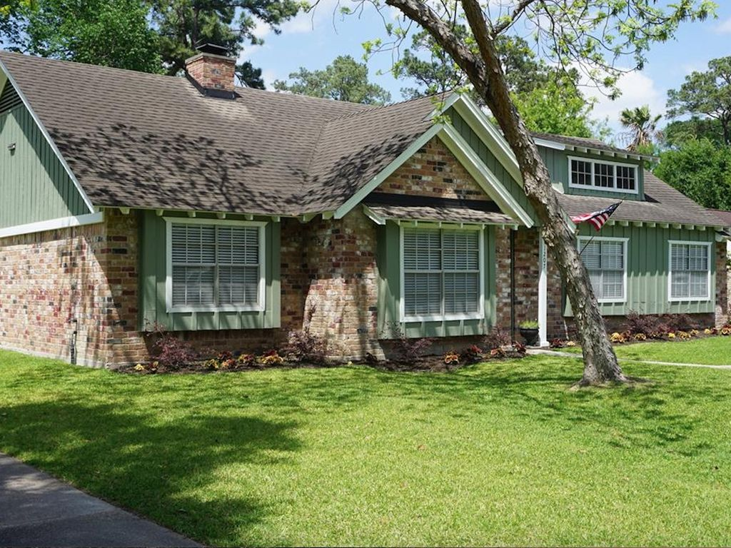Immaculate 4 bedroom 20 minutes to Downtown/Woodlands/Airport/Exxon w/huge yard