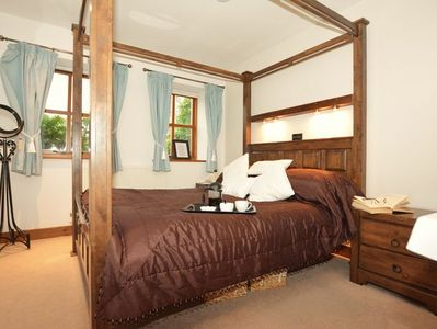 King- size bedroom with four poster