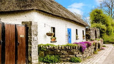 Photo for AUTHENTIC Thatch Cottage. 40 mins to Dublin. Wifi. Gated Parking. Sleeps 4