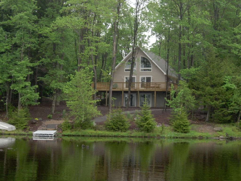Arrowhead lakefront homeaway for Pocono rental with private swimming pool