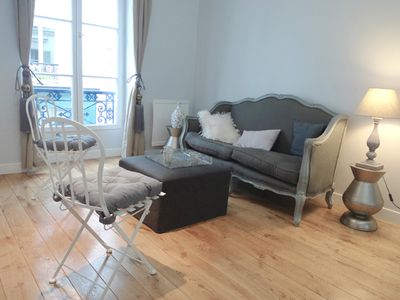 Apt COUSTOU - Montmartre - Living area with wooden floor and sofa corner