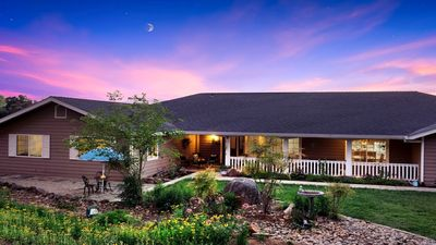 Family home minutes from water park, alpacas, flights over Yosemite, zip lining.