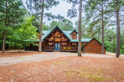 With 3700 Sqft of living space this five bedroom cabin accommodates 14 guests