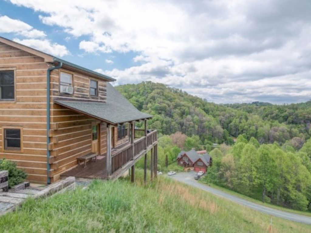 Blue moon lodge beautiful views 10 mins from boone for Boone ski cabin rentals