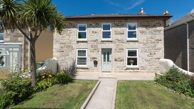 Photo for Hillcrest, estuary views, parking for 3 cars, 5 minutes to Hayle beach, shops and restaurants, Free WiFi