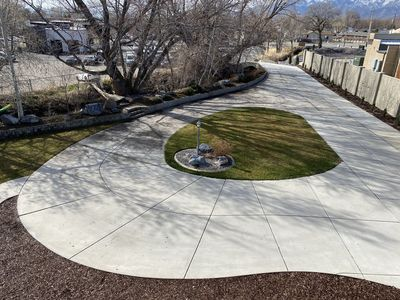 Large circular driveway with plenty of parking