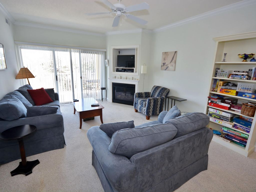 Cozy, stylish 3 bedroom condo with free WiFi and an outdoor pool located uptown on the bayside just a couple blocks from the beach!