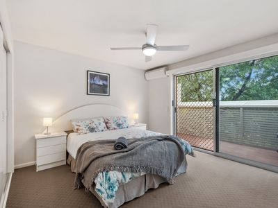 Photo for Modern, family friendly townhouse close to hospital & CBD
