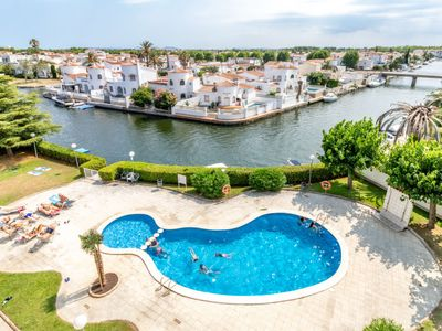 Photo for 2 bedroom Apartment, sleeps 4 with Pool and Walk to Shops