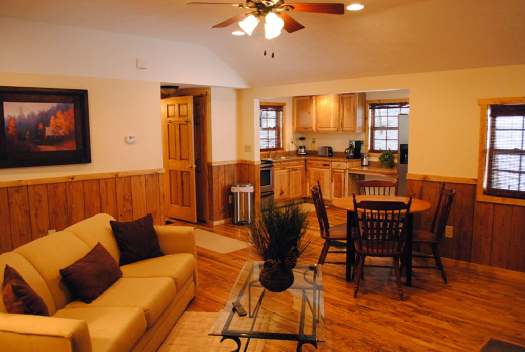 OVR's Place in the Pines! Cozy luxury cabin next to Fallingwater! Hot tub!