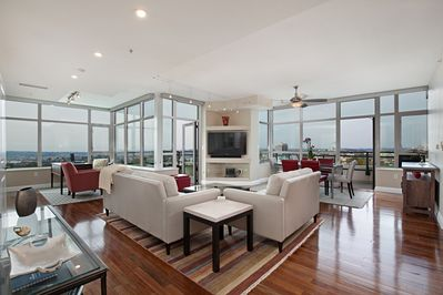 Panoramic Views - Luxury High-Rise - Fully Remodeled ...