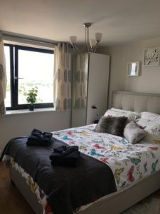 Photo for Greater London 2 bedroom en-suite bathroom Mins to Central line tube station