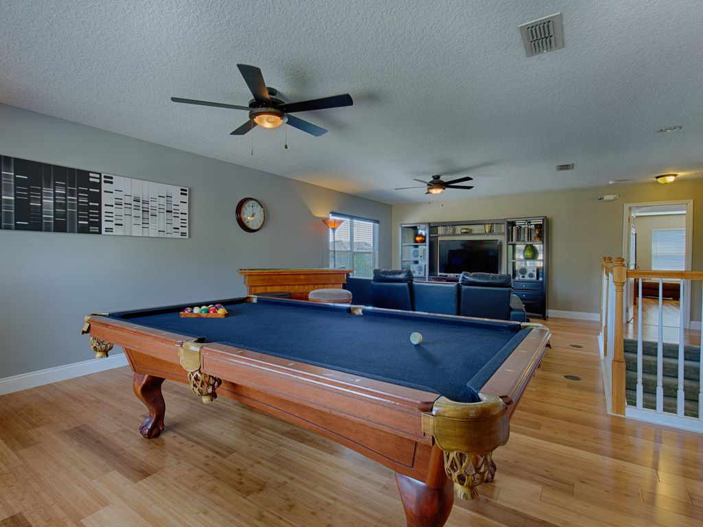 Upstairs Loft With Pool Table, Casino Table, 55u0027 LED TV With Playstation 4