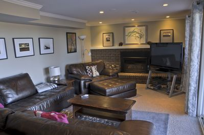 Livingroom with gas fireplace, flat screen TV