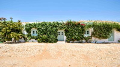 Photo for A sunny house in a beautiful vineyard estate, 10 mins from world-class beaches.