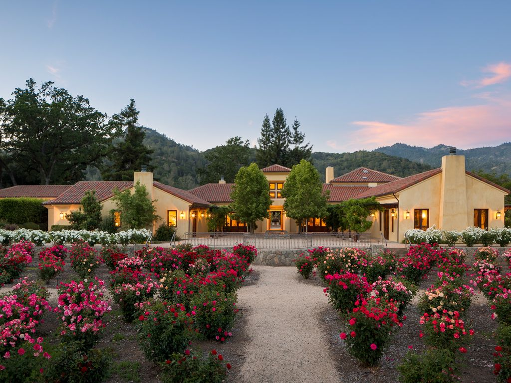 Luxurious Napa Valley Estate Surrounded By Vineyards
